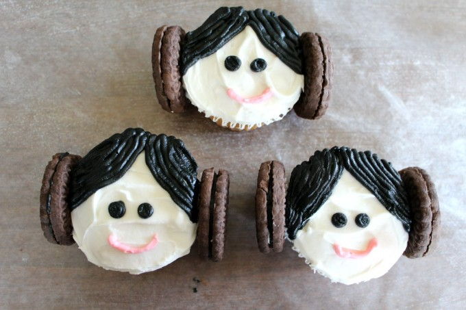 Star Wars Princess Leia Cupcakes | http://homemaderecipes.com/entertaining/parties-gatherings/11-star-wars-food-ideas/